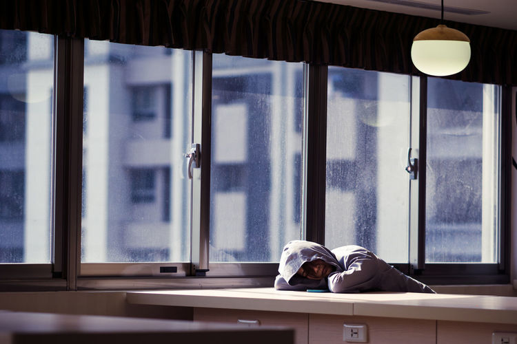 Nap Nap Sleep Rest Random Candid Stranger Window Indoors  One Person People Indoor City Urban Building Interior Lobby Asdgraphy 85mm Sony Sony A6000 Sonyalpha Sonyphotography Sonyimages Alphauniverse