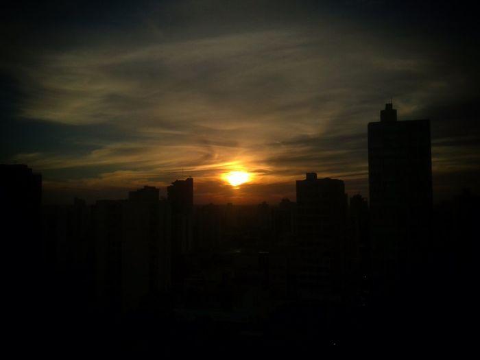 Foi olhando para esse céu que meu coraçao perdeu o rumo de casa! Claro que um dia ele volta, afinal nada é eterno. Um sunset nunca é igual uns são marcantes, outros deixam rastros no céu, alguns serão eternizados como esse que levou meu coração! Boa noite! Sunset_collection Sky_collection Landscape_Collection