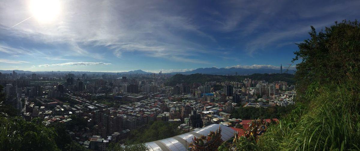 第一次到台北的景美,挑戰最近很紅的仙跡岩,沿著步道向上爬到最頂時,台北市的美景一覽無遺,深深感受到爬山的魅力,也覺得前面再累都值得,台北真是太美了! 台北 臺北 台灣 臺灣美景 臺灣 Mountain Moutain View Taiwan Taipei,Taiwan Beautiful Sky Beautiful Scenery Beautiful View Climbing Climbing A Mountain City Sky Cityscape Tree Cloud - Sky High Angle View Outdoors Day