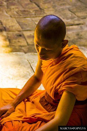 Título: Siddharta Autor: Marcus Populus Lugar: Angkor Wat, Seam Reap, Camboya. Cámara: SONY SLT-A65V Punto F: f/5 Tiempo de exposición: 1/125s Velocidad ISO: 200 Distancia focal: 70mm One Boy Only One Person People Real People Sitting