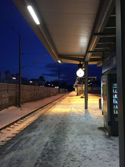 Am Bahnsteig Pendler Morging Cold Waiting For The Train Winter The Way Forward Transportation Rail Transportation Illuminated Railroad Station Railroad Station Platform Public Transportation