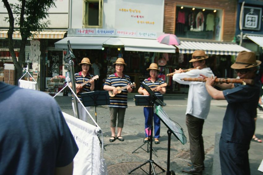 Young Women Men People Outdoors Day Travel South Korea Mariachis!!! Street Singer Singers Singing Playing Guitar Playing Music Outdoor Activity Musicians Up Close Street Performers EyeEm Diversity