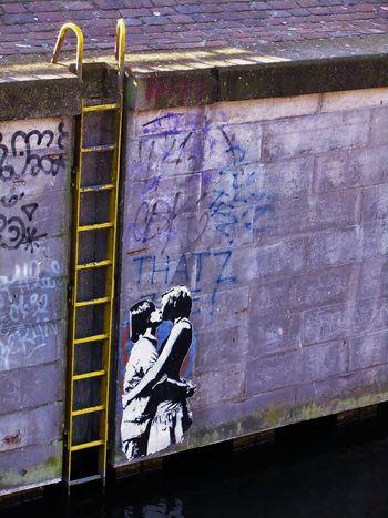 küssende Berlin Berlin Streetart Berliner Ansichten Day Graffiti Kanal Kiss Kissing Kuss Küssen Ladder Leiter Outdoors Street Together Urban Wall Wall - Building Feature Zusammen