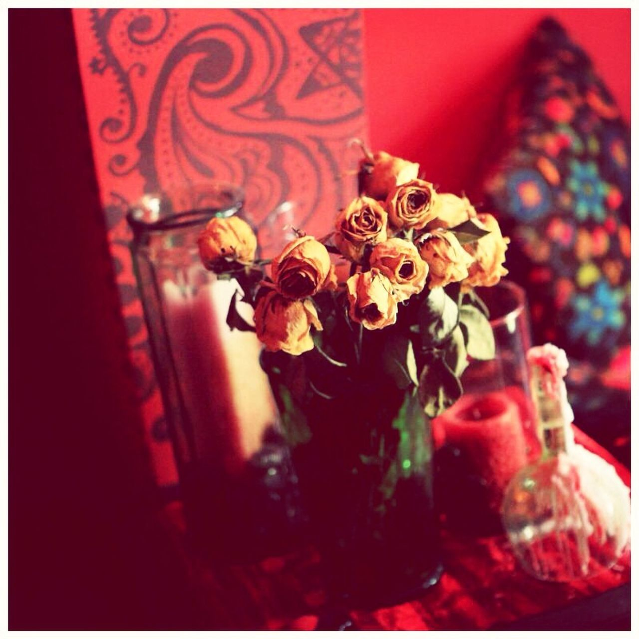 flower, indoors, close-up, vase, no people, table, rose - flower, petal, red, home interior, freshness, fragility, flower head, day