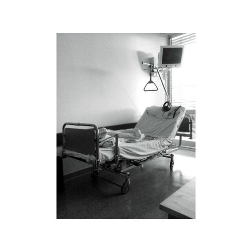 Bed Bett Black & White Black And White Hospital Illness Krankenbett Krankenhaus Schwarzweiß Waiting
