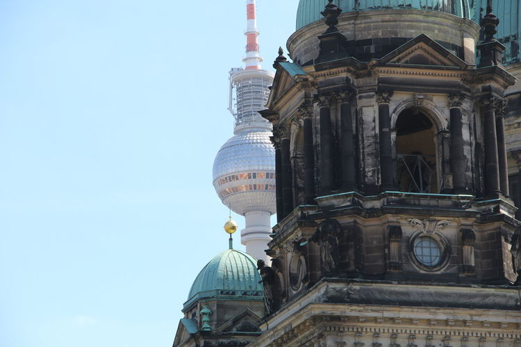 Low angle view of berliner fernsehturm against building