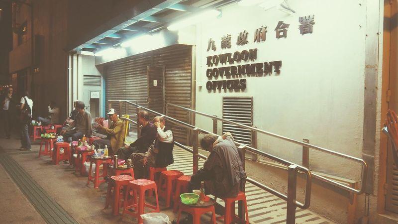 HongKong 香港 庙街 老一辈人晚饭后的娱乐 听歌唱歌吃零食