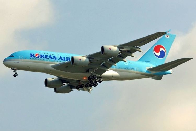 Korean Air Airbus A380-861 HL 7621 first landing at Atlanta Hartsfield-Jackson Intl Airport. Was able to catch the red beacon strobe light on her belly. Airbus A380 Atlanta Airport Inagural A380 Flight Landing