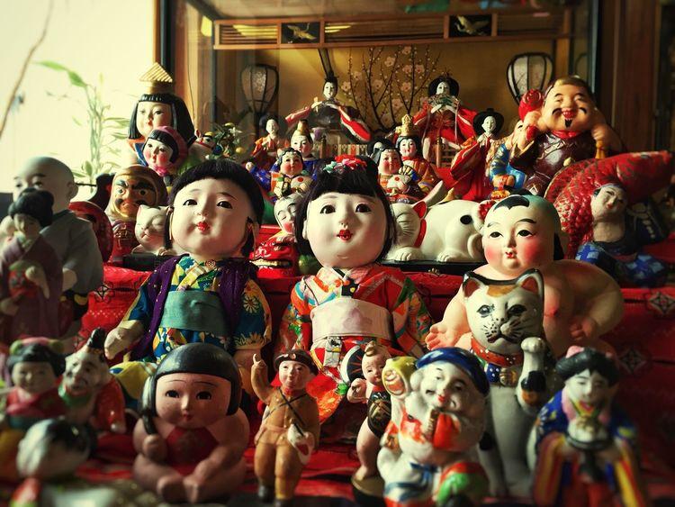母の実家にて。 古い雛人形の前に様々な人形が飾られてました。 Iphonegraphy Dolls