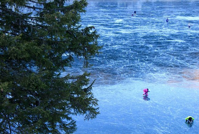 Snow Sports Patinage Artistique Enfant Vacances à la Maison Lac Gelė Montagne Children Figure Skating Frozen Lake Blue Outdoors Winter Beauty In Nature Water Water Reflections Frozen Ground Glace Hiver Switzerland Flying High Break The Mold The Photojournalist - 2018 EyeEm Awards