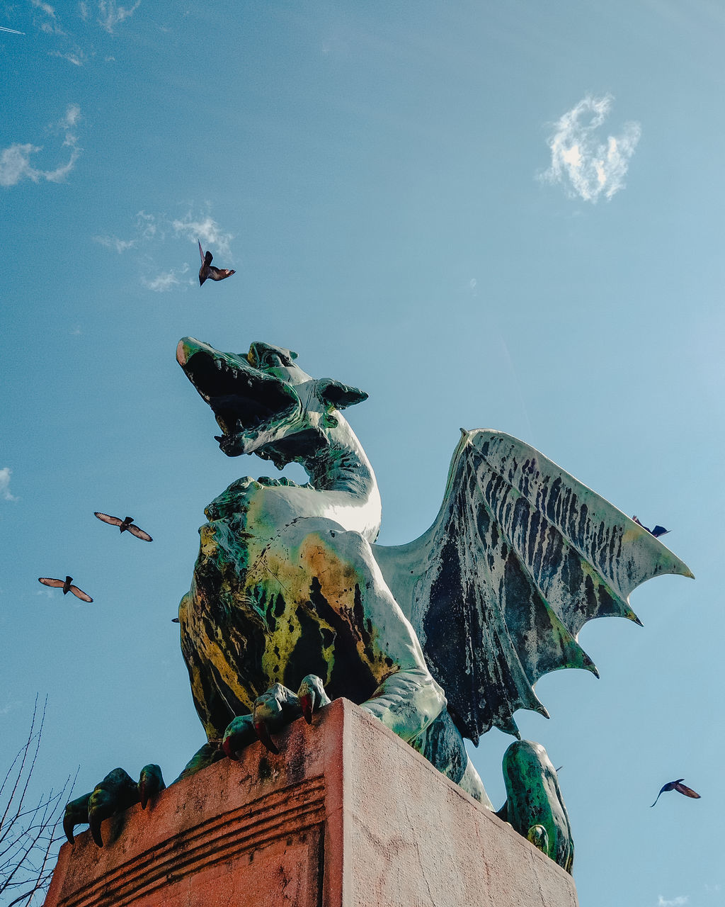 LOW ANGLE VIEW OF SEAGULLS STATUE