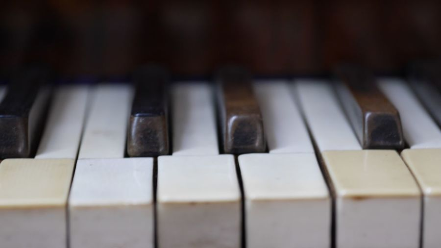 EyeEm Selects Musical Equipment Piano Musical Instrument Piano Key Music Close-up Arts Culture And Entertainment Keyboard Indoors  Keyboard Instrument White Color Selective Focus Black Color Full Frame Backgrounds Focus On Foreground Audio Equipment