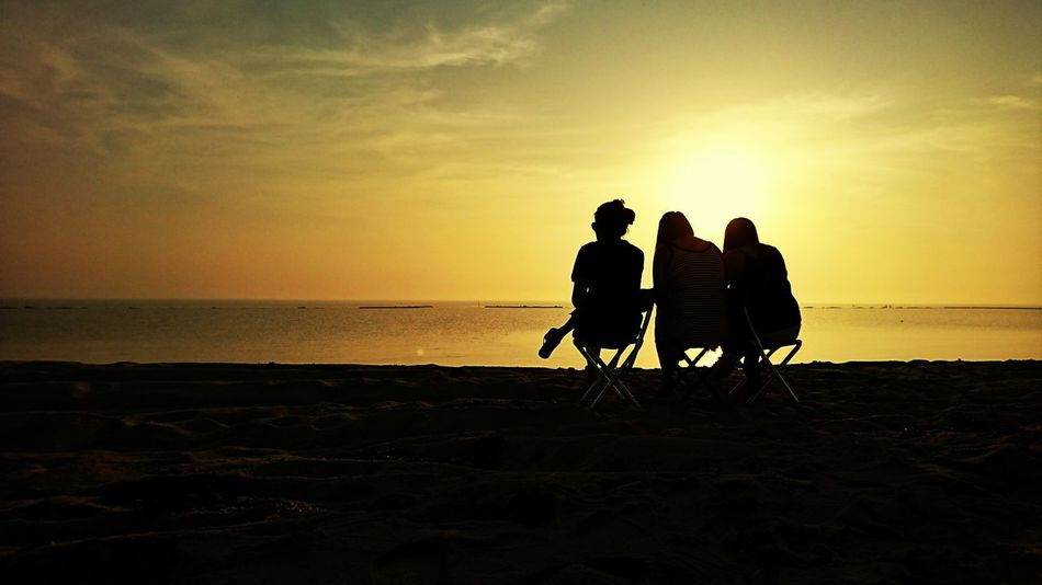 Beach Silhouette Sunrise Sea Adult Togetherness Horizon Over Water People Sky Enjoyment Sand Vacations Bonding Friendship Outdoors Mobilephotography Sony Xperia Xz Nature Sea And Sky Seascapes Eyeem Philippines The Week On EyeEm Doha,Qatar Scenics Silhouette