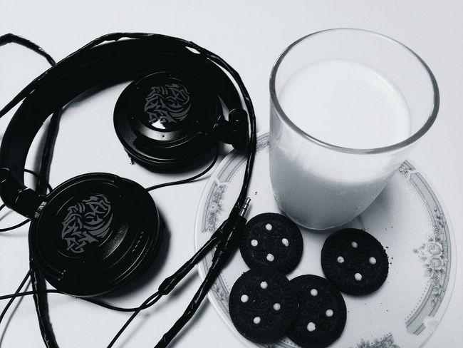 B&w Street Photography Blancoynegro Black & White Leche Galletas De Chocolate Galletas Escuchando Musica Musica Music Audifonos Milk Biscuit Time Biscuits Relaxation Relaxing Escuchandomusica Headfone