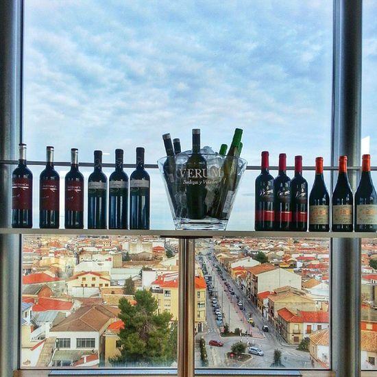 El Wineuptour por todo lo alto. Hoy desde el Mirador del Museo @torredelvino de Socuellamos con los vinos de bodegas Valdemar , @vinasdelvero, @verumbodegas, @fincaconstancia y @bodegasberonia