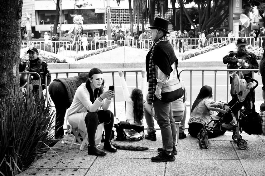 Sin titulo Group Of People Real People Lifestyles Casual Clothing Sitting Togetherness Adult Leisure Activity Cdmx EnROJO EnROJOfoto EnROJOfotografia Dia De Los Muertos Day Of The Dead Catrina DIA DE MUERTOS Mexico People Desfile Dia De Muertos Day