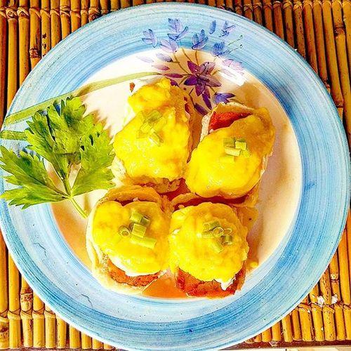 Pandesal Egg Benedict with Luncheon Meat and Hollandaise sauce Pasosyalnabreakfast Perfectingpoachedeggs EGGBENEDICT Pinoybreakfast PANDESAL Eggs Itlog Umagahan Kakangchef