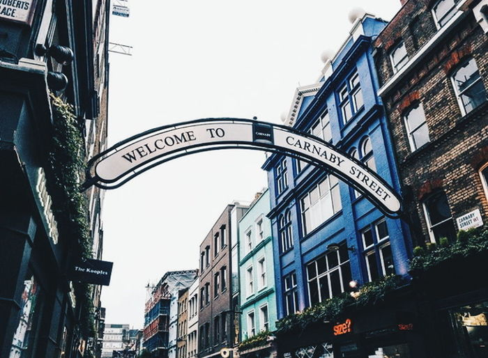 Carnaby Street, London. Agosto 2017. Architecture Building Exterior Low Angle View Travel Destinations Built Structure Outdoors City Day No People Clear Sky Sky London Carnaby Street Londres Travel Tourism Town Carnaby Postcode Postcards