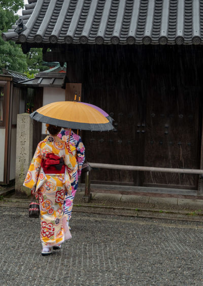 Kimono girls Umbrella Built Structure Real People Rain Day Building Exterior People Walking Adult Footpath Clothing Women Traditional Clothing Outdoors Rainy Season Kimono Kimono Girl Beautiful Kyoto Japan Japanese Culture Japanese Umbrella Rainy Day Colorful EyeEm Gallery The Traveler - 2019 EyeEm Awards
