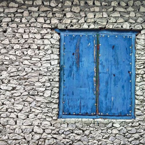 Traditional architecture This wall is made of Coral and lime this was how the ancient Maldivian build sturdy houses. The small window in dhivehi called Kudadoru or Kidikee Maldives Travelling Travelgram Traditional Architecture Window Myweekofwalls Livenature Liveauthentic Islandlife Tropical