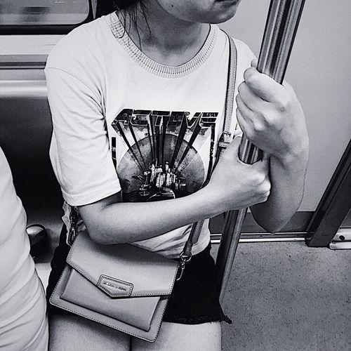 文艺重庆 | 062 Iphone6plus One Person Real People Lifestyles Adult Sitting Front View Midsection