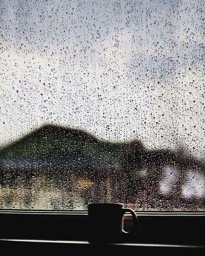 Eskidendi. Ben genç iken yağmurun da aşkın da sokağın da anlamı büyüktü. Şimdi değer yitirdi hepsi. Geçmişe ait fotoğraflar çekip kendimce anlamlar yüklüyorum. Bu ruhumu perişan ediyor. Bir şey özlüyorum ama ne olduğunu bilmiyorum. Bulana kadar deklanşöre eziyete devam. Rainy Day One Cup Coffee Time of Melancolia Droplets Home