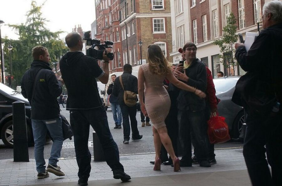 Kelly Brook. Building Exterior Streetphotography Street Photography Urban Streetphoto Street Photo Londononly LONDON❤ London Streets Girl Fitzrovialitter Fitzrovia Outdoors Street London Calling Photographers Paparazzi Londonstreets Low Angle View Urban Life London London London!!! City Life Long Hair Marylebone Walking