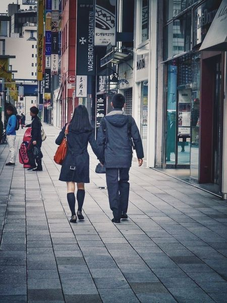 Tokyo Sentimental / Couple in Ginza : Streetphoto_color Street Photography Tokyo Street Photography Snapshots 50mm On The Street Ginza Walk A Day Of Tokyo 銀座の ふたり Futari