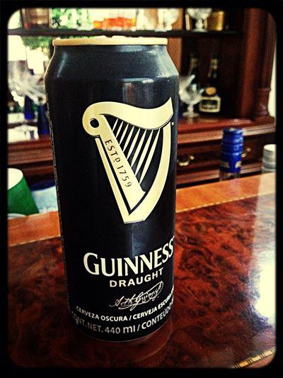 Disfrutando esta deliciosa cerveza Guinness Beer Enjoying Life Alone