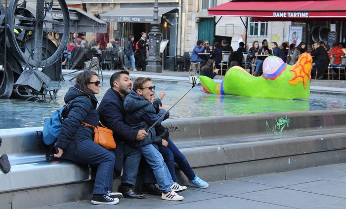Family Fontain Little Boy People Phone Selfie Street Streetphotography Water