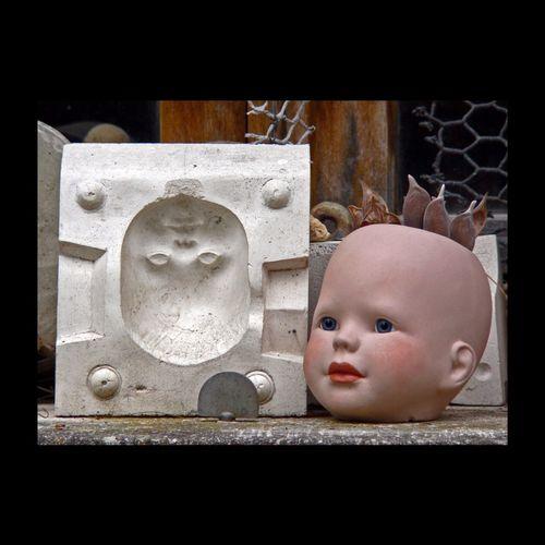 Auriez-vous perdu la tête ? Non, pas vraiment, je la laisse jeter un œil sur le rebord de la fenêtre, en attendant que les enfants reviennent de l'école... (Sculpture de Pierre Durdilly pour les poupées Corole) France. Pierre Durdilly Sculpture HEAD EyeEmBestPics Poupée Toys Puppet