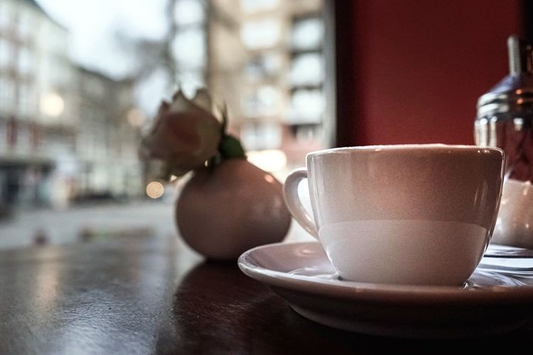 Drink Food And Drink Table Close-up Coffee Time Shugar Flowers Fokus On Foreground Bokeh Photography Bokehlicious Cofeeshop Refreshment Cup Focus On Foreground No People Indoors  Food Latte Freshness Day