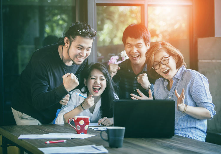 freelance team working successful project Group Of People Wireless Technology Men Technology Emotion Table Computer Adult Women Happiness Smiling Togetherness Laptop Young Adult Communication Males  Using Laptop Positive Emotion Freelance Life Freelancing Freelancer Success Successful Happiness Target