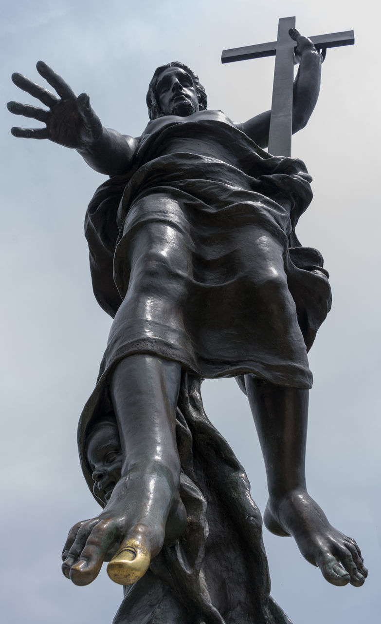 statue, sculpture, human representation, art and craft, male likeness, sky, low angle view, creativity, craft, cloud - sky, no people, outdoors, history, monument, travel destinations, day, close-up, architecture