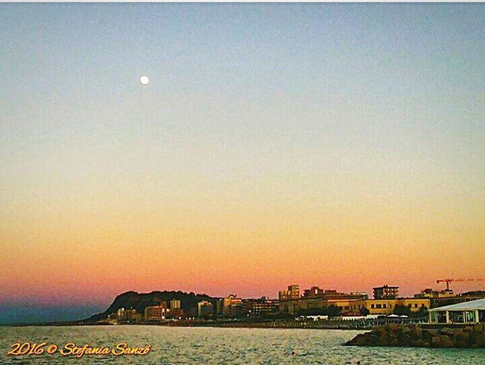 Luna e tramonto su Pesaro.Tramonti_italiani Moon Sunset Sunset_collection Sunrise_sunsets_aroundworld