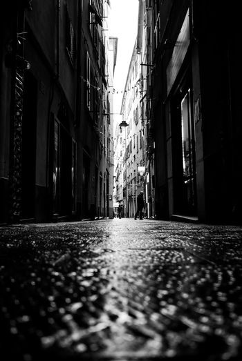 Strade e suspire Italy Popckorn EyeEm Best Shots EyeEmNewHere Building Exterior Built Structure Architecture City Street Building Direction Focus On Background Outdoors Day Diminishing Perspective Residential District The Traveler - 2018 EyeEm Awards