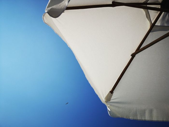 Summer vibes Travel Destinations Copy Space Beautiful Day Huaweiphotography Huwaeip20 Bulgaria Backgrounds Romantic White Umbrella Summer Views Summertime Holidays Vacations Nopeople Blue Sky Clear Sky Minimalism EyeEm Selects Beach Clear Sky Sand Blue Sky Close-up Beach Umbrella Sun Lounger Parasol Canopy Sunshade Resort