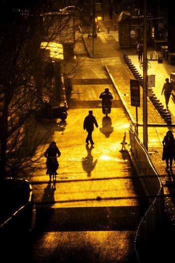 有人向后,有人向前,站在中间,左右为难。 morning City Walking Street Group Of People Morning People Sunrise Sunshine