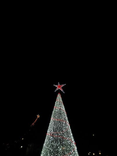 christmas goals Phonecamera PhonePhotography SamsungGalaxyS8 Light And Shadow Dark Shadow Light Perspective Lines Trip Dayoff Walking Around Travel Destinations View Posing Tree Christmas Decoration Illuminated Christmas Lights Christmas Ornament Christmas Tree Topper Celebration christmas tree Tradition