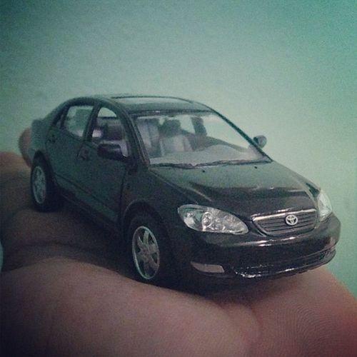 Me compre otro Toyota Corolla 2005 en negro, porque no lo habia en el color del mio! Solo que este es de Juguete o mas bien de decoracion !
