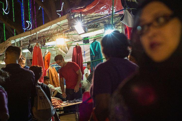 Ramadan Bazaar, last day sales Leica Lens Streetphoto_color Singapore Streetphotography Street The OO Mission Travel Photography Huffpostgram Street Life