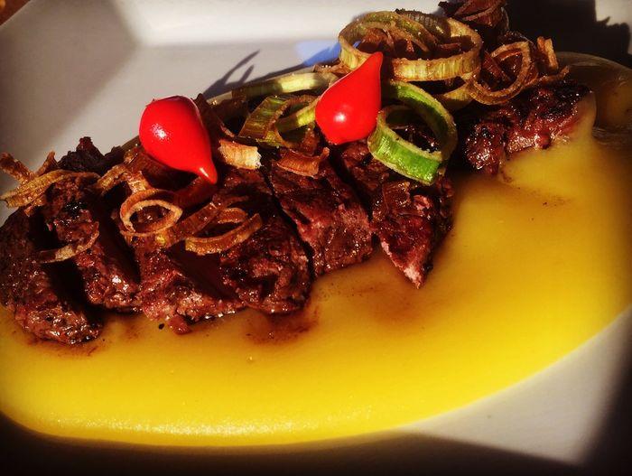 Purê de mandioquinha com bife de chorizo e crispy de alho poró Chilli Pimenta Alho Poró Poro Alho Mandioquinha Chorizo Food And Drink Food Meal Meat Vegetable