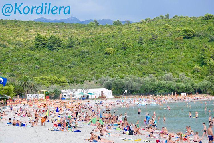 Недавно гуляла по новому для меня пляжу Plavi Horizonti 🏖 Маленькая бухточка с настоящим мелким песком . Это идеальный пляж для отдыха с детьми , т.к. очень мелко и песочек деткам очень нравиться☀️ Как и на любом пляже Черногории , вы можете взять в аренду лежак и зонтик или прийти со своим и разместиться абсолютно бесплатно ☝🏼️ Черногория Montenegro Hello World Kotor Bay Travel путешествия Taking Photos Travel Photography IPhone Photography Ig_worldclub Traveling Foto