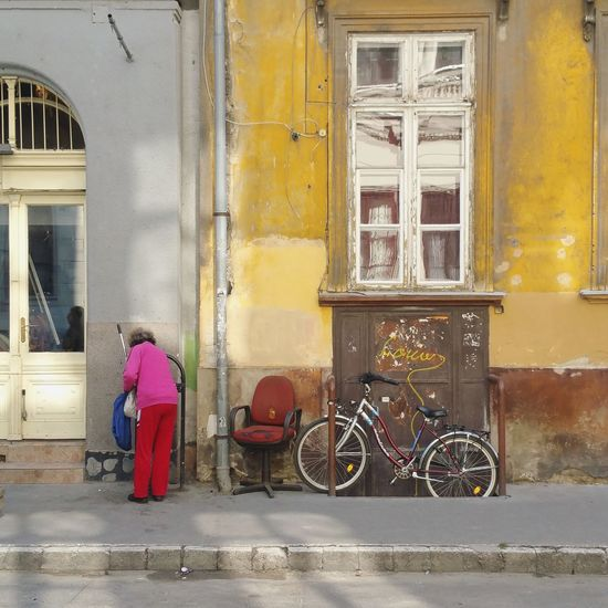 Window Architecture Bicycle Transportation Day Building Exterior Outdoors Built Structure City Adult People One Person Urbanphotography EyeEm Selects Fassadenkunst Fassadengestaltung Urbanromantic Empty Seats