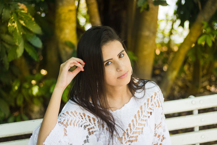 Beautiful Woman Close-up Day Focus On Foreground Front View Leisure Activity Lifestyles Long Hair Looking At Camera Nature One Person Outdoors Portrait Real People Tree Young Adult Young Women