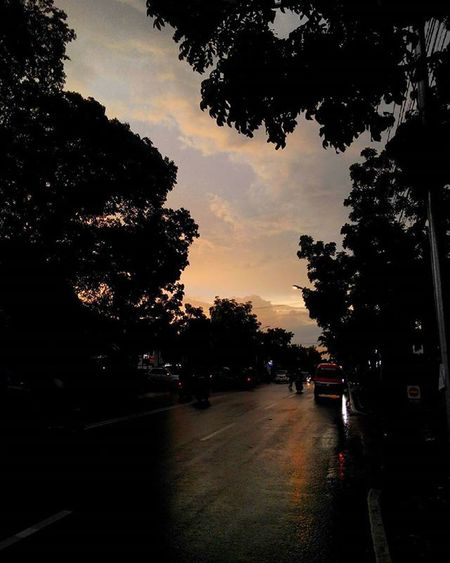 Bandung Sunset Aftertherain SORE tadi... Jingga , diantara abu-abu... Ridepride with Sibesitua CB100 Lenovotography Pocketphotography Photostory Lzybstrd Journey