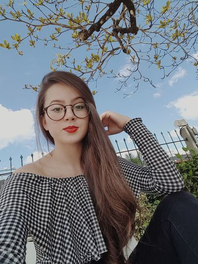 Happy Xadrez Sun Portrait Eyeglasses  Young Women Beautiful Woman Looking At Camera Women Beauty Sky Red Lipstick Eye Make-up Lip Gloss Blush - Make-up Pretty Urban Fashion Jungle