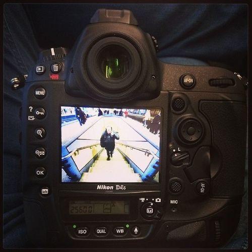 """""""På bar gärning"""" med fingret i snoken.. N äsaförroligabilder Gatufoto Nikon D4s"""