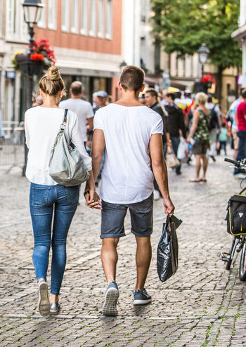 Trendy Couple Shopping in the City. Streetphotography Urban Lifestyle Walking Couple Inlove Inlove♥ #love Summer Shopping ♡ Shoppen City