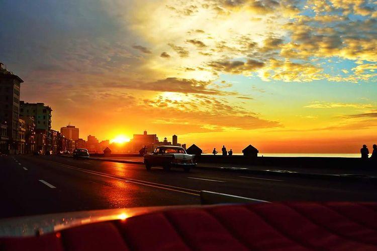 Cuban Sunset Malecón, La Habana Habana Havanna, Cuba Sunset Sunset_collection Cuba Bestview Landscape Landscape_photography Car BackseatView 43 Golden Moments